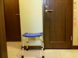 トイレ前の椅子.jpg