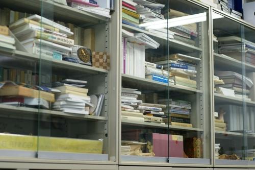 校長室書棚DSC00067.JPG